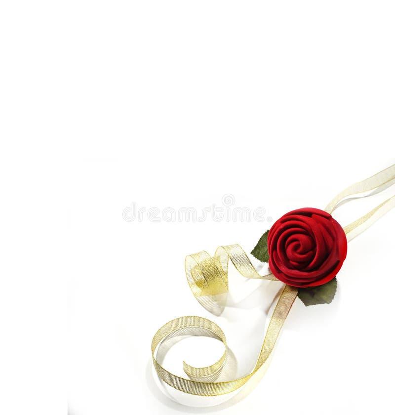 Flores da rosa do vermelho com fita amarela foto de stock