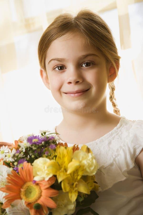 Flores da terra arrendada da menina. imagem de stock royalty free