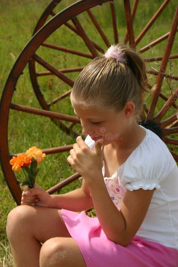 Flores da terra arrendada da menina fotos de stock royalty free