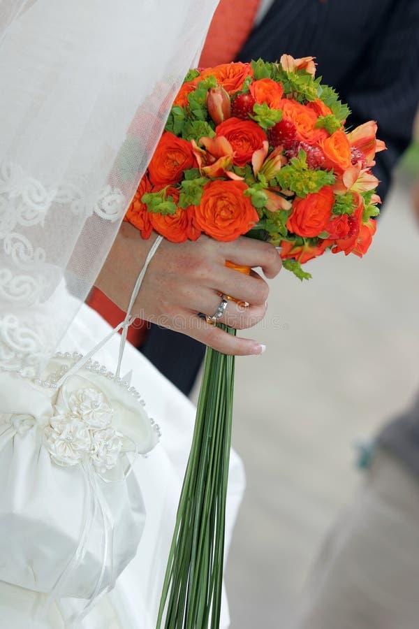 Flores da terra arrendada da noiva fotos de stock royalty free
