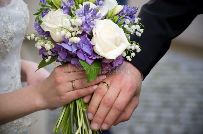 flores das alianças de casamento fotos de stock royalty free
