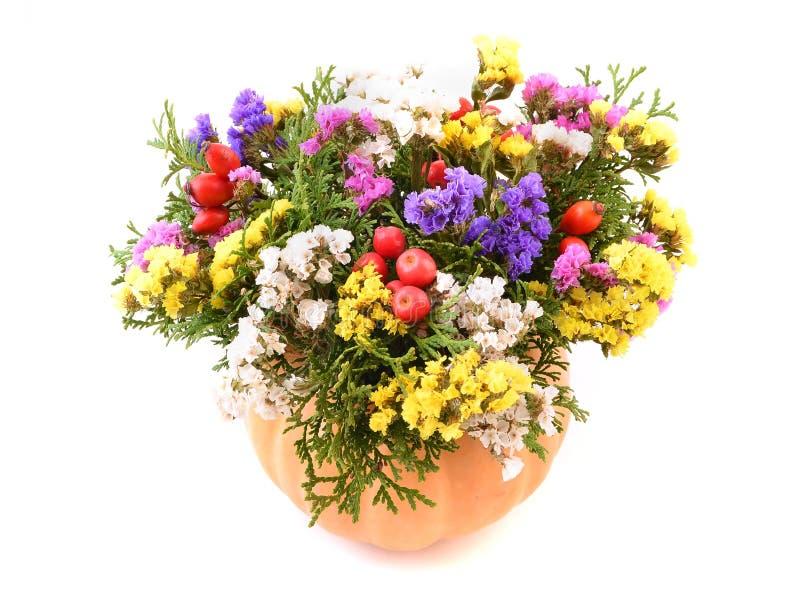 Flores de Autmn en calabaza foto de archivo