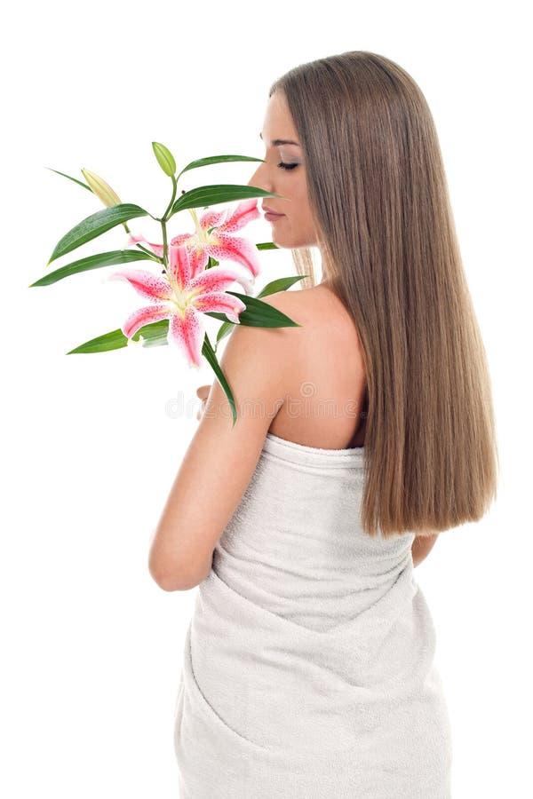 Flores de cheiro da mulher bonita fotos de stock royalty free