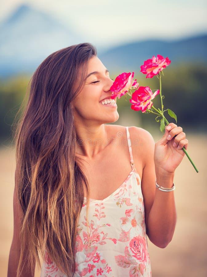 Flores de cheiro da mulher na natureza fotos de stock