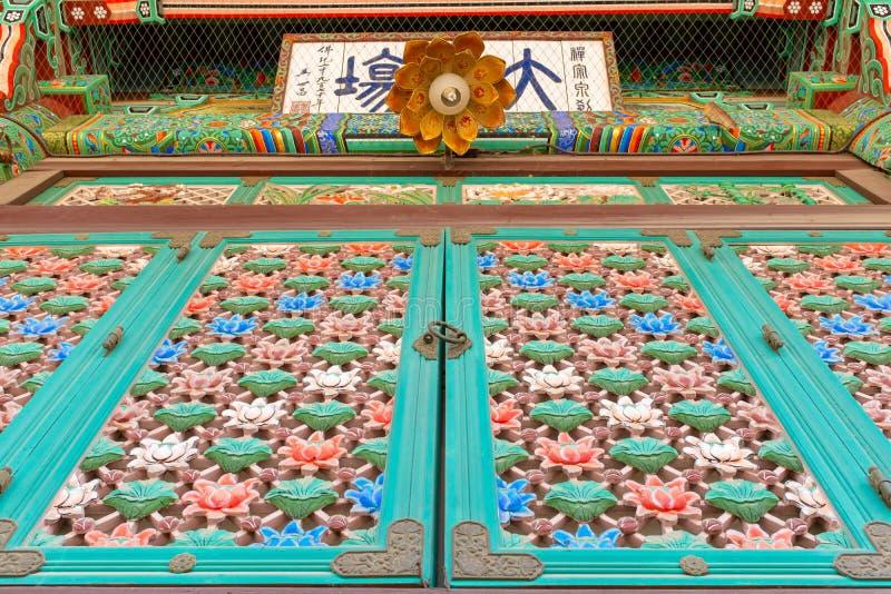 Flores de lótus de madeira cinzeladas coloridas no templo de Bongeunsa imagem de stock royalty free