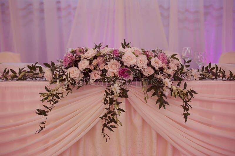 Flores de la boda en la tabla imagen de archivo