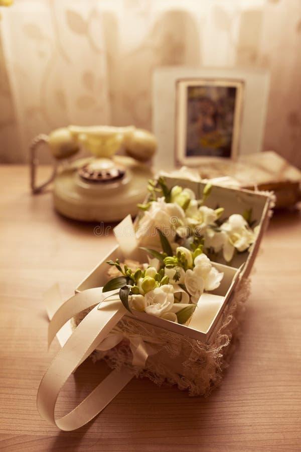 Flores de la boda en la tabla imágenes de archivo libres de regalías