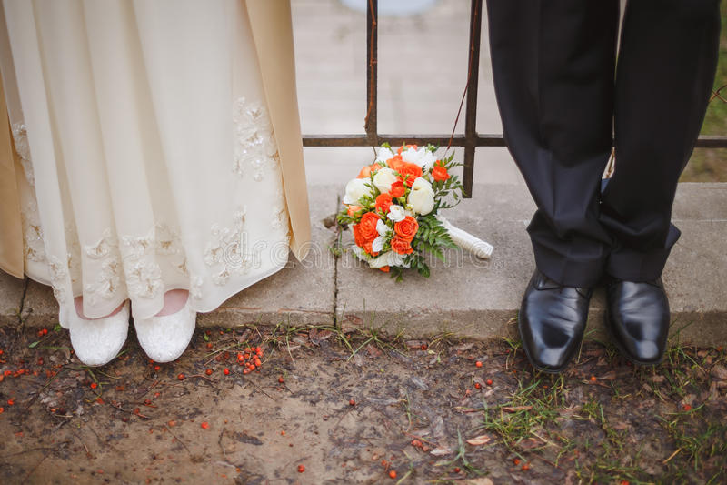 Flores de la boda en los pies de imágenes de archivo libres de regalías