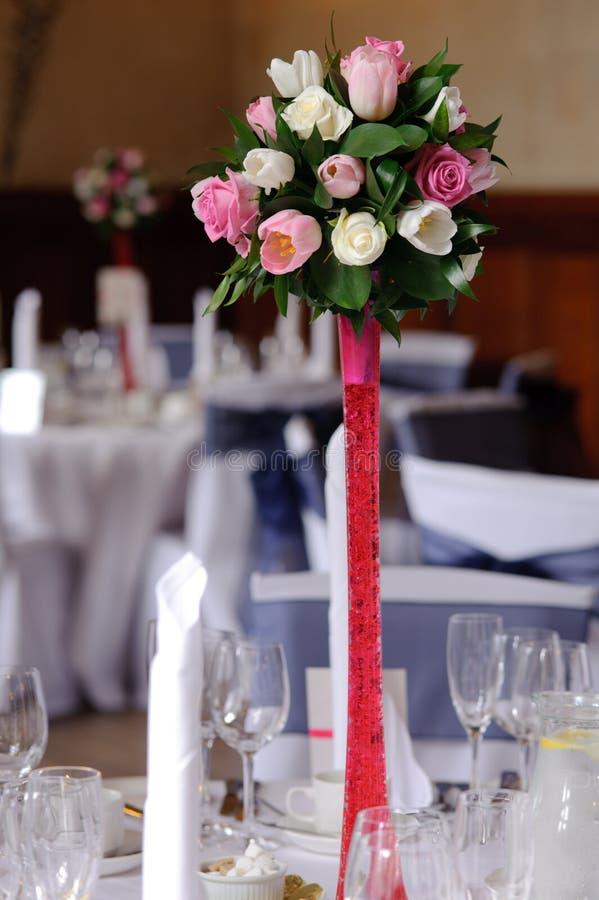 Flores de la boda en soporte rojo fotografía de archivo libre de regalías