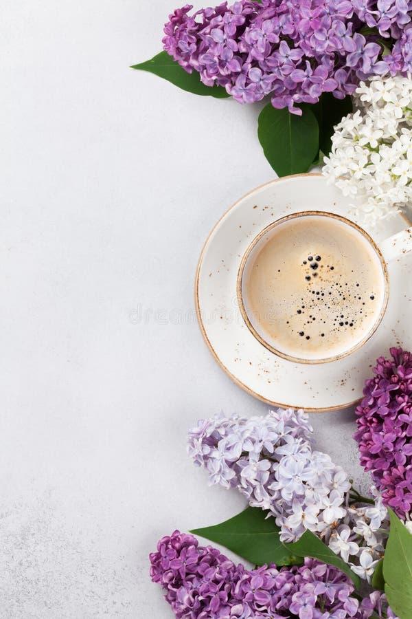 Flores de la lila y taza de café coloridas imágenes de archivo libres de regalías