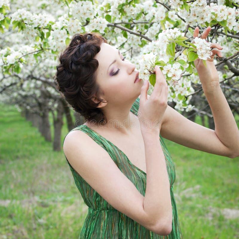 Flores de la manzana de la muchacha que huelen fotos de archivo
