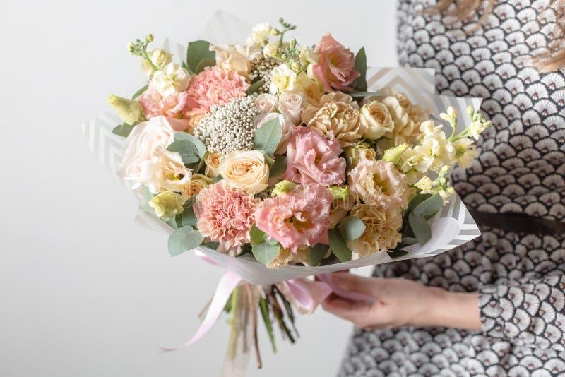 Flores de la mezcla Ramos de lujo en las manos del ` s de la muchacha imagen de archivo