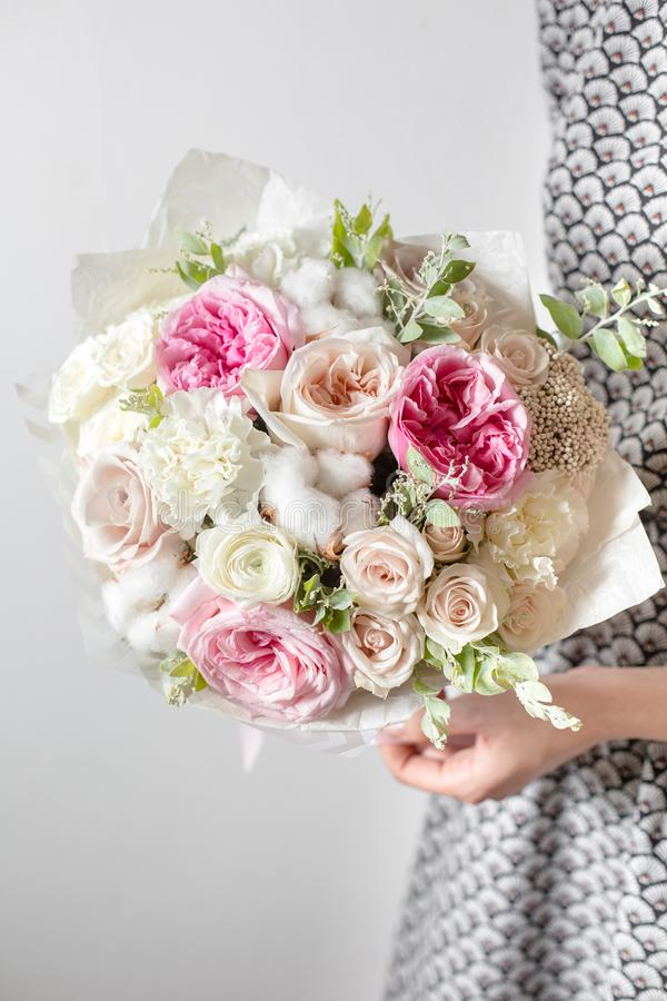 Flores de la mezcla Ramos de lujo en las manos del ` s de la muchacha imagenes de archivo