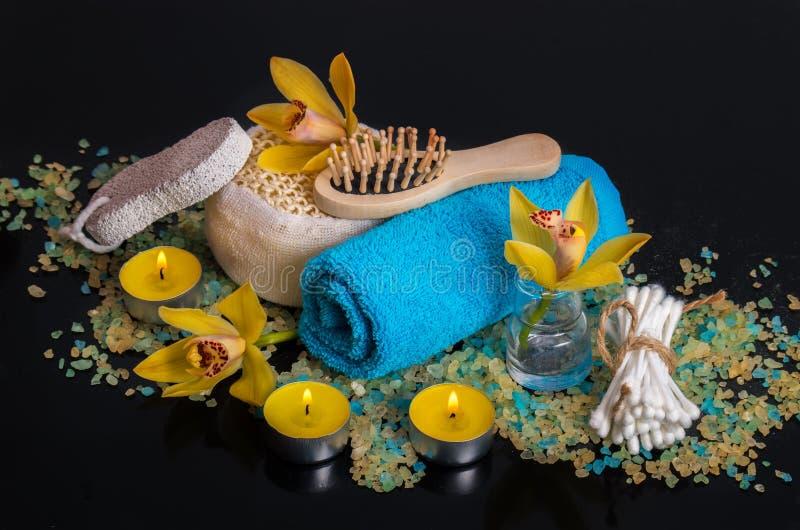 Flores de la orquídea, sal del mar, velas y objetos para el BALNEARIO foto de archivo libre de regalías