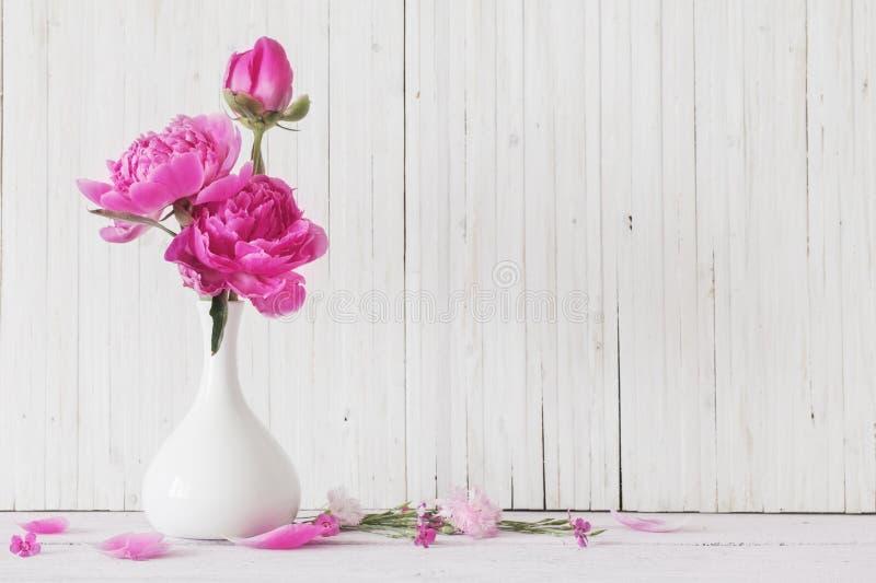 Flores de la peonía en florero foto de archivo