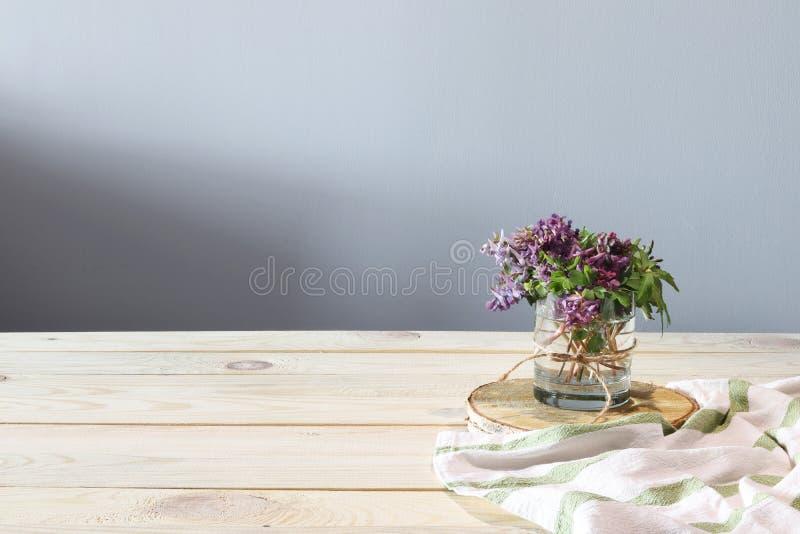 Flores de la primavera en el escritorio de madera imagen de archivo libre de regalías