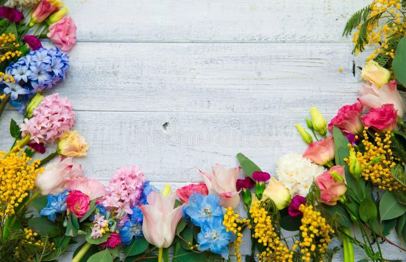 Flores de la primavera en el fondo de madera Frontera floreciente del verano en un w fotografía de archivo libre de regalías