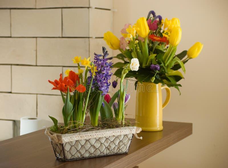 Flores de la primavera en la tabla fotos de archivo libres de regalías