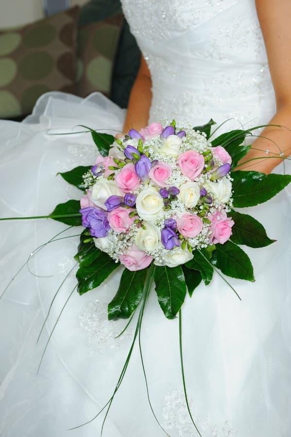 Flores de las novias sostenidas por la novia imagen de archivo