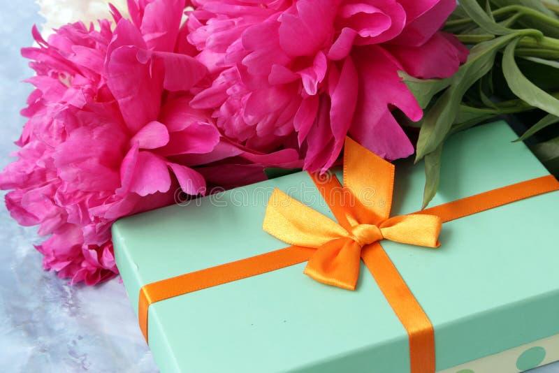 Flores de las peonías con la caja de regalo imagen de archivo