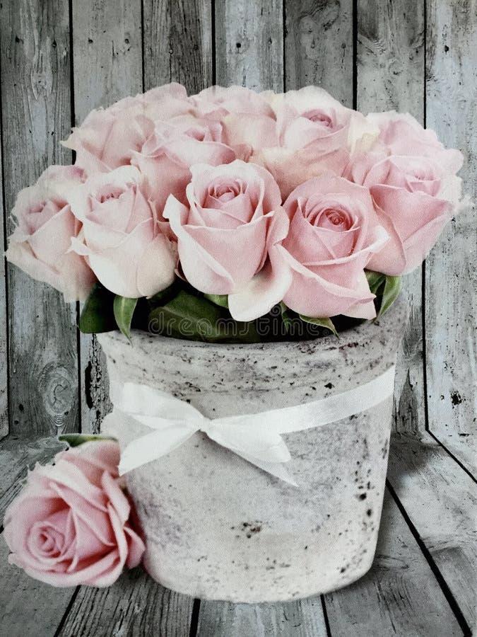 Flores de las rosas del vintage con el viejo fondo de madera foto de archivo