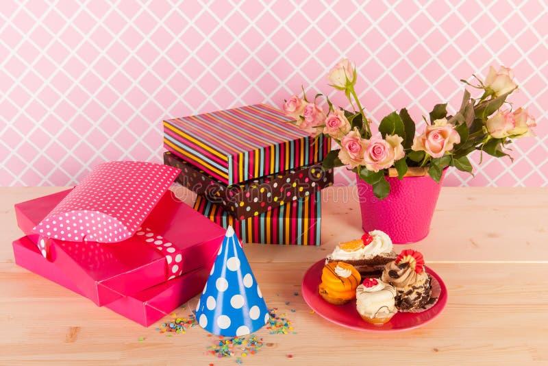 Flores de los presentes y tortas de cumpleaños imagenes de archivo