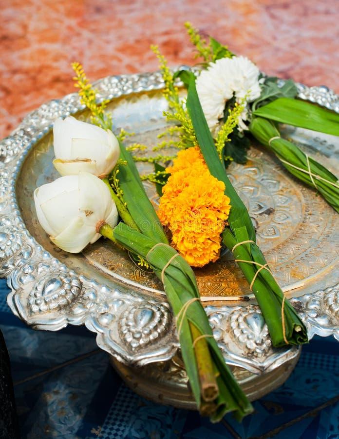 Flores de Lotus no templo budista foto de stock royalty free