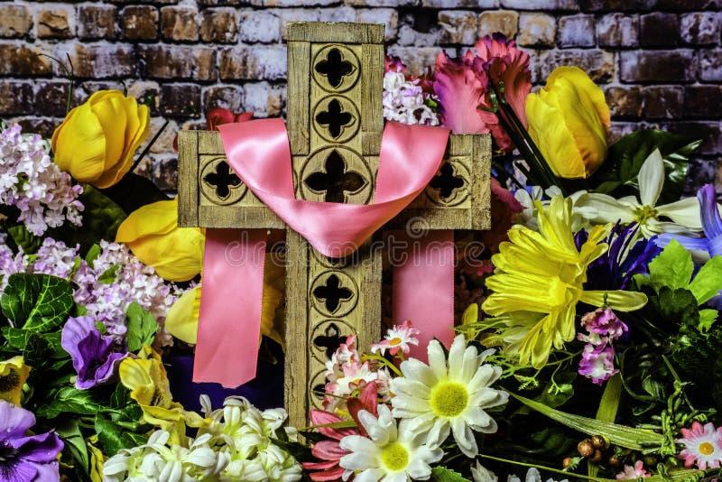 Flores de madera viejas de la cruz y de la primavera fotografía de archivo libre de regalías