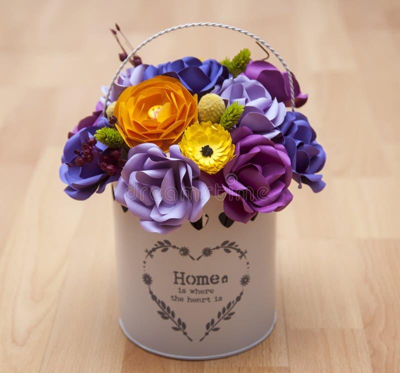 Flores de papel coloridas em uma cubeta branca pequena foto de stock