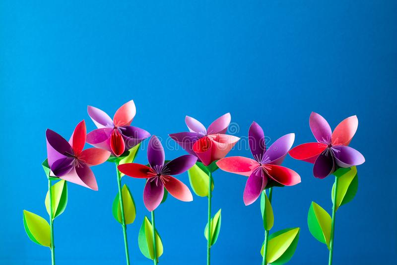 Flores de papel do origâmi, borboletas, nuvens e sol foto de stock