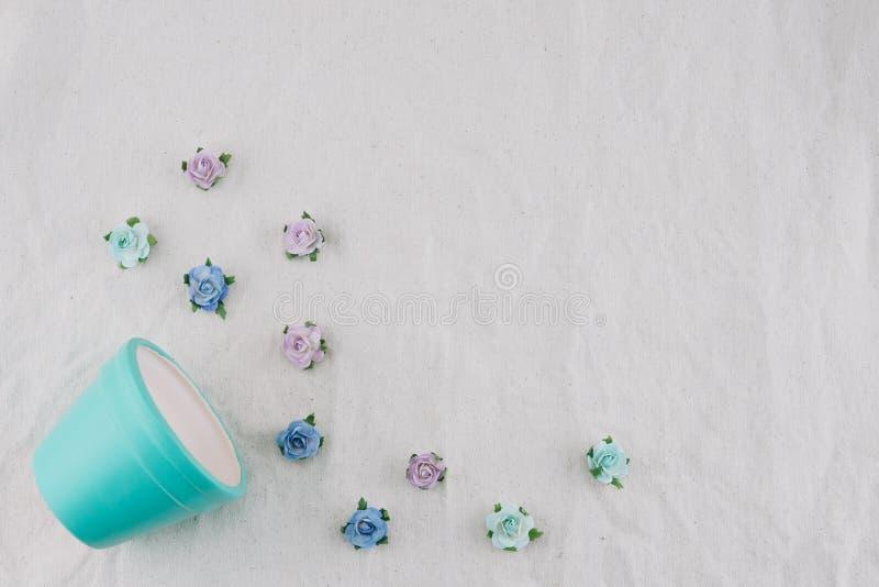 Flores de papel do potenciômetro azul pastel e da rosa azul do tom fotos de stock