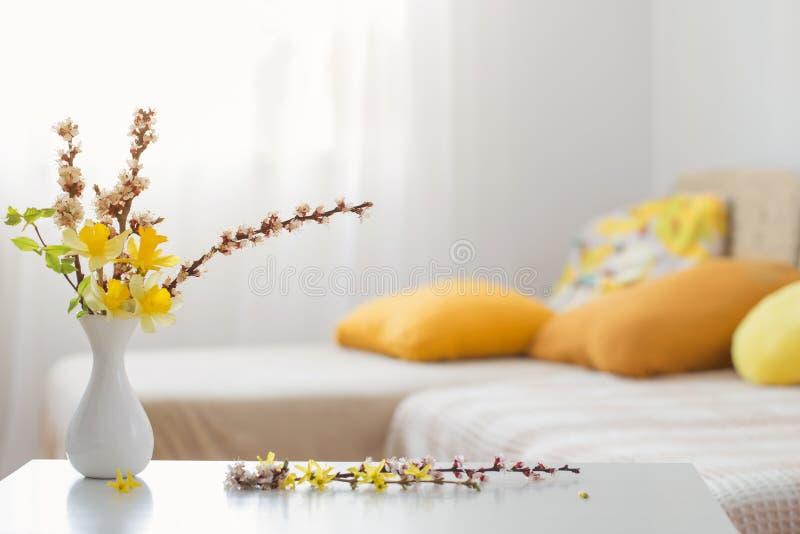 Flores de primavera en jarrón en interiores modernos foto de archivo libre de regalías