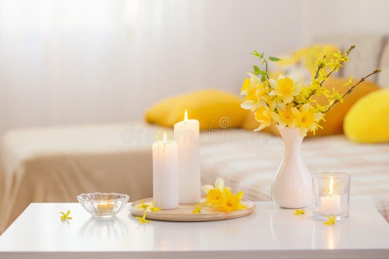 Flores de primavera en jarrón en interiores modernos imagenes de archivo
