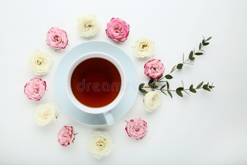 Flores de Rose con la taza de té fotografía de archivo libre de regalías