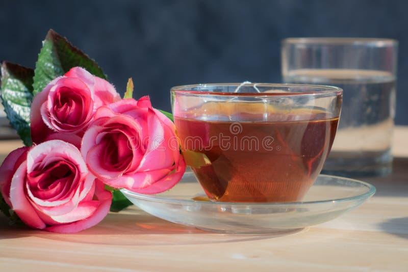 Flores de Rose con té caliente foto de archivo libre de regalías