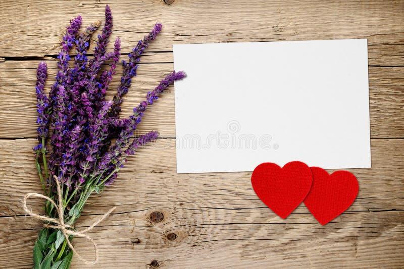 Flores de Salvia y tarjeta de felicitación con los corazones rojos imagen de archivo libre de regalías