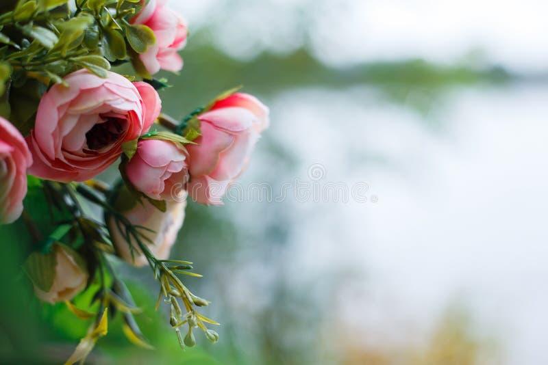 Flores de seda falsas coloridas, cierre hermoso de la decoración para arriba copia imagen de archivo