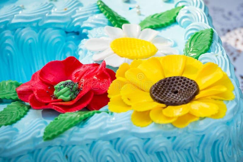 Flores decorativas de los dulces que adornan un cake_ del día de fiesta fotografía de archivo libre de regalías