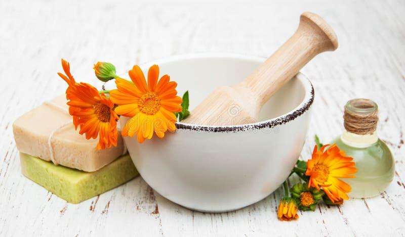 Flores del Calendula y jabón de baño imagen de archivo libre de regalías