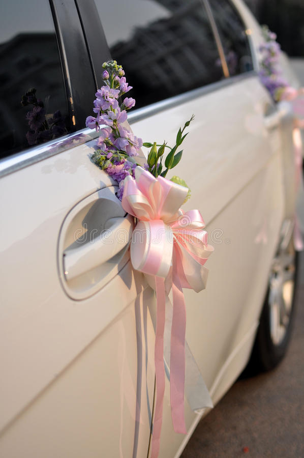 Flores del coche de la boda imagen de archivo