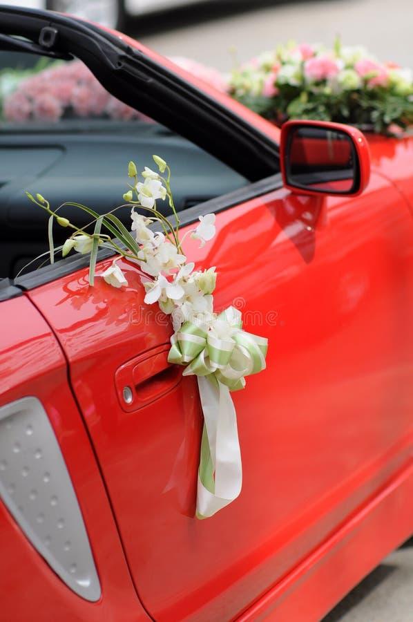 Flores del coche de la boda fotos de archivo