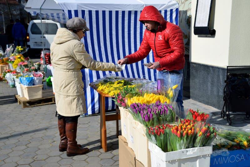 Flores del comercio de calle en el Kaliningrado fotos de archivo