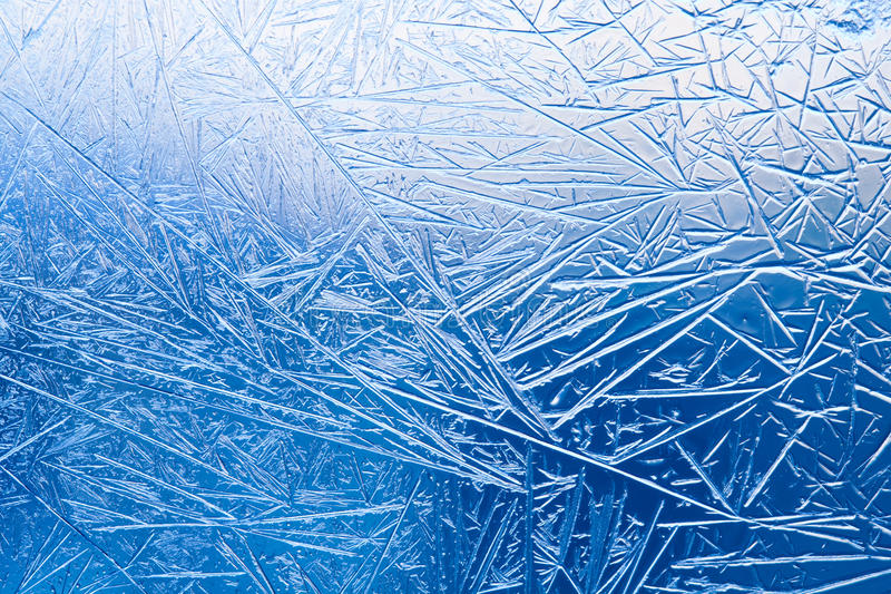 Flores del hielo en el vidrio de la ventana congelado modelo y líneas texturizadas fotografía de archivo
