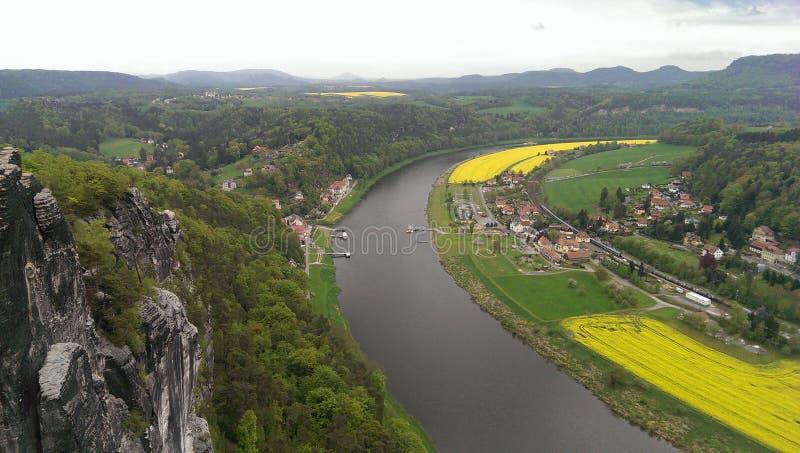 Flores del río de la montaña imagenes de archivo