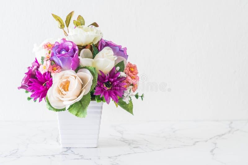 Flores del ramo en florero imagen de archivo libre de regalías