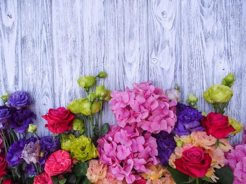 Flores del verano en un fondo de madera foto de archivo