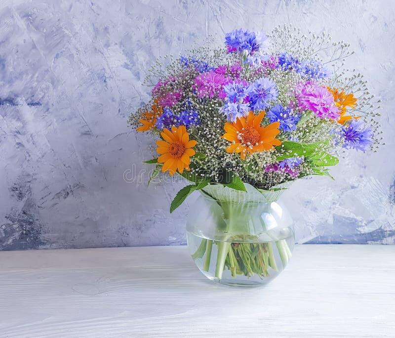 Flores del verano del florero coloridas en belleza de madera del fondo imagenes de archivo