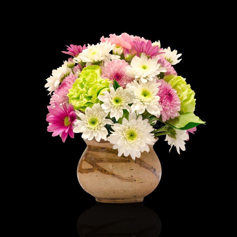 Flores diferentes do grupo no vaso da argila fotos de stock