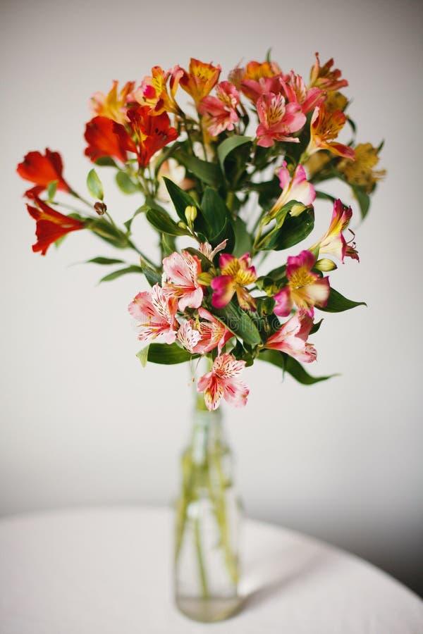 Flores do Alstroemeria no vaso fotografia de stock royalty free