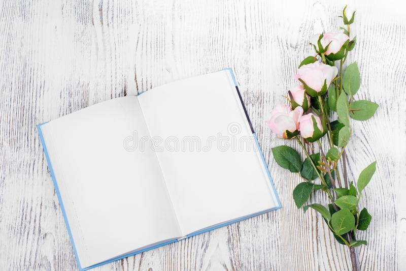 Flores do bloco de notas do livro fotografia de stock royalty free
